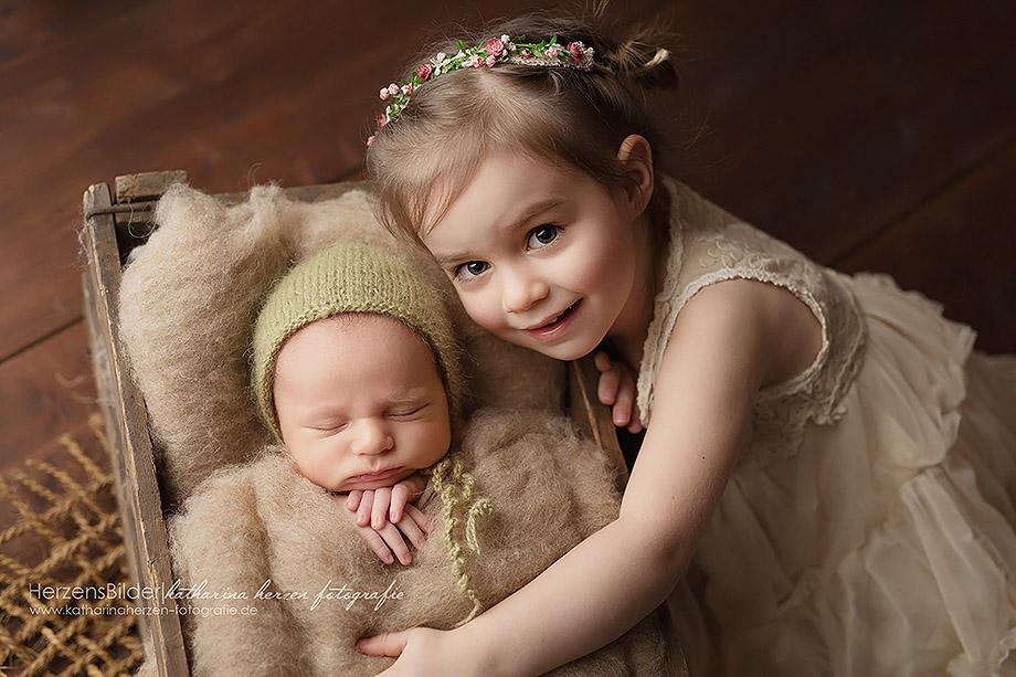 große schwester kleiner bruder neugeborenenfotograf hessen