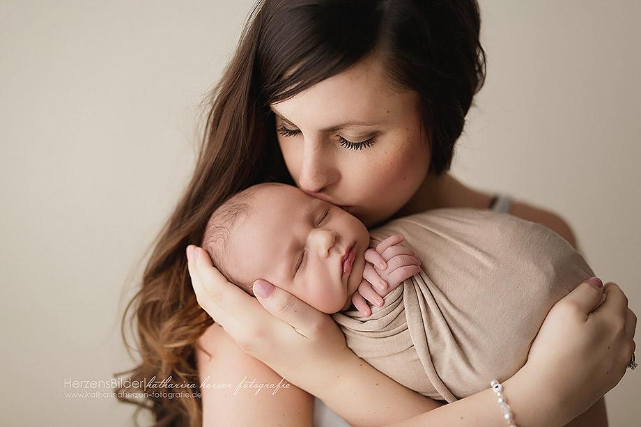 mama küsst baby newbornshooting