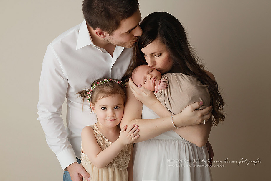 wunderschöne familie beim neugeborenenshooting