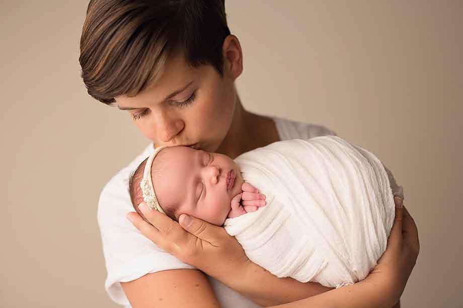 neugeborenenbilder-hessen-nidda-exklusive-mädchen-zart-newbornshooting-babybilder
