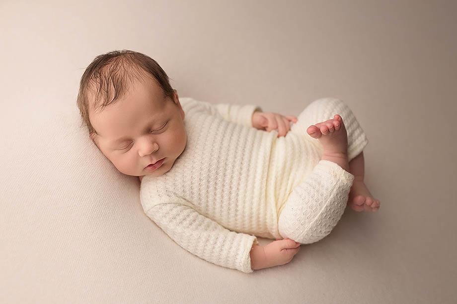 neugeborenenshooting-newbornbilder-fotografie-nidda-giessen-friedberg-wetzlar-hessen-gruenberg-jungen-zart