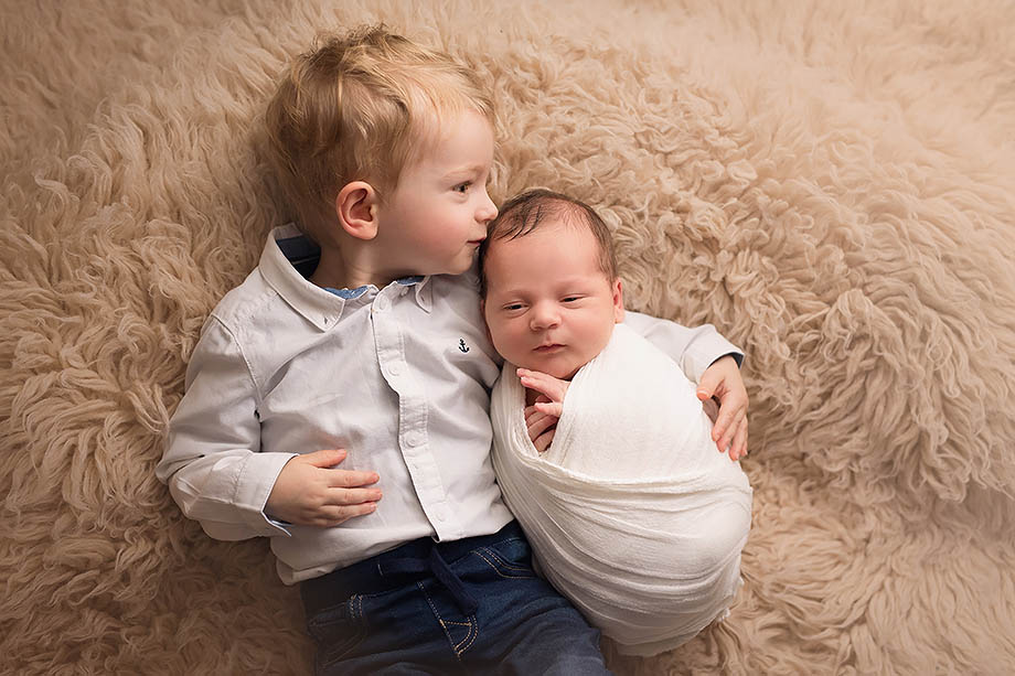 newbornshooting-newbornfotografie-großer-bruder-geschwisterbilder-nidda-giessen-frankfurt-fotografie-shooting-neugeborenenshooting