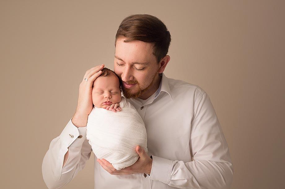 papa-baby-bider-newbornshooting-babyshooting-neugeborenenbilder-neugeborenenshooting-nidda-fotograf-katharinah-herzen-schotten